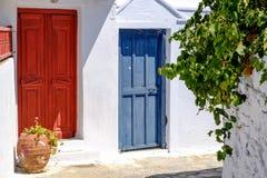 Bunte Türen in der weißen Mittelmeerstraße, Amorgos, Griechenland Lizenzfreies Stockfoto