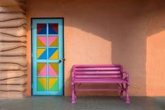 Bunte Türen, rosa Stuhl Stockfotografie