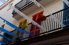 Bunte Türen und Dekorationen über einem Wohngebäude in Tos Lizenzfreies Stockfoto