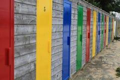 Bunte Türen von Speicherkabinen auf dem Strand von St. Ives Stockfotos