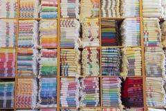 Bunte türkische Staplungstücher in den Regalen Lizenzfreie Stockfotos