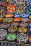 Bunte türkische Teller im großartigen Basar von Istanbul, die Türkei Stockbild