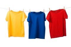 Bunte T-Shirts auf Weiß Stockfoto