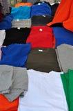 Bunte T-Shirts des kurzen Ärmels Lizenzfreie Stockbilder