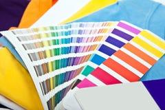 Bunte T-Shirts und Farbskala Stockbilder