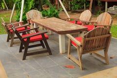 Bunte Tabellen und Stühle - Archivbild Stockbild
