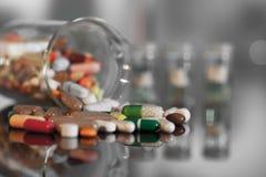 Bunte Tabletten mit Kapseln und Pillen Stockfoto