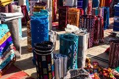Bunte Teppiche auf einem marokkanischen Markt Lizenzfreie Stockfotos