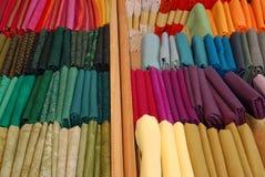 Bunte Textilgewebe in den kleinen Bündeln Lizenzfreie Stockfotografie