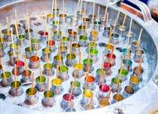 Bunte thailändische Eiscreme im Stahleimer lizenzfreies stockbild