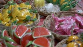Bunte thailändische handgemachte Seife in Form von exotischer Frucht auf dem Gegennachtmarkt thailand stock video