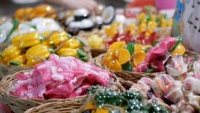 Bunte thailändische handgemachte Seife in Form von exotischer Frucht auf dem Gegennachtmarkt thailand stock footage