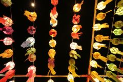 Bunte thailändische Laterne auf Himmel stockfotos