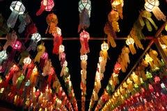 Bunte thailändische Laterne auf Himmel lizenzfreies stockfoto