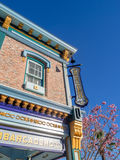 Bunte themenorientierte Gebäude San Franciscos an Erlebnispark Disneys Kalifornien Stockfotografie