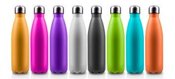 Bunte Thermo Flaschen für Wasser, lokalisiert auf weißem Hintergrund stockfotos