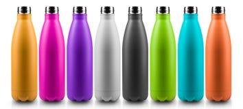 Bunte Thermo Flaschen für Wasser, lokalisiert auf weißem Hintergrund lizenzfreie stockbilder