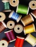 Bunte Threads auf einem grauen Hintergrund Lizenzfreie Stockfotografie