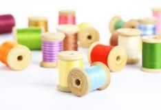 Bunte Threads auf einem weißen Hintergrund Lizenzfreie Stockfotografie