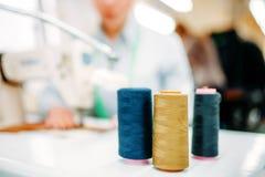 Bunte Threads auf Spulennahaufnahme, Dressmaking lizenzfreie stockfotos