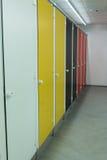 Bunte Toilettenkabine-Türen Stockbilder