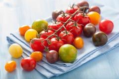 Bunte Tomaten über blauer Serviette Lizenzfreie Stockfotografie