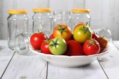 Bunte Tomaten auf einer Platte Lizenzfreies Stockfoto