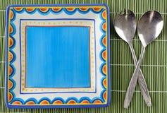 Bunte Tonware mit altem Tischbesteck Lizenzfreie Stockbilder