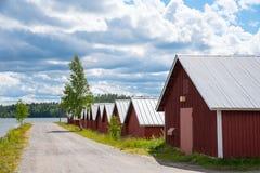Bunte traditionelle Bootshäuser in Kerimäki, Finnland lizenzfreies stockfoto