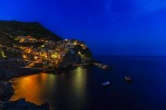 Bunte traditionelle Häuser auf einem Felsen über Mittelmeer achtern Lizenzfreies Stockbild