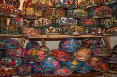 Bunte, traditionelle Hüte, die in Bukhara, Usbekistan verkauft werden lizenzfreie stockbilder