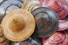 Bunte traditionelle Hüte von Thailand Stockbild
