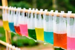 Bunte Trinkwassertaschen Lizenzfreies Stockbild