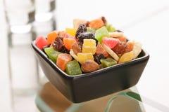 Bunte trockene Früchte in einem kleinen schwarzen Quadrat rollen Stockfotografie