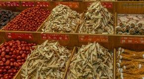 Bunte Trockenfrüchte, vegezables und Pilze an einem Nachtmarkt in Taipeh - 2 lizenzfreies stockbild
