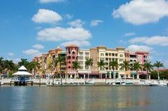 Bunte tropische Gebäude, die Wasser übersehen Lizenzfreie Stockbilder