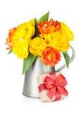 Bunte Tulpen in der Gießkanne und in der Geschenkbox Stockbild