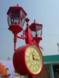 Bunte Uhrlampe im Fantasiepark Stockbild