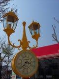 Bunte Uhrlampe im Fantasiepark Lizenzfreie Stockfotos