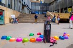 Bunte umgedrehte Plastikschüsseln von der Straßenguine Stockfotografie