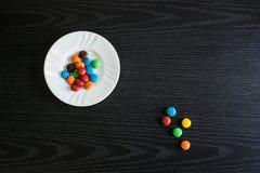 Bunte und Bonbongegenstände auf dem Tisch lizenzfreie stockfotografie