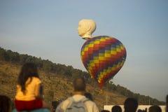 Bunte und Hauptballonaufstiege Stockbild
