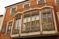 Bunte und majestätische alte Hausfassade in Caravaca de la Cruz, Murcia, Spanien lizenzfreies stockfoto