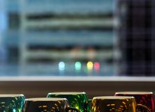 Bunte und Saisonkaffeetassen mit Fensterreflexion lizenzfreie stockbilder