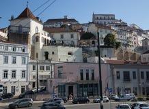 Bunte und verschiedene Gebäude von Coimbra im Stadtzentrum stockfoto
