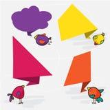Bunte und verzierte Papierfahnen für Ihren Text Nette Vögel stockfotos