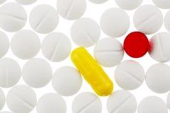 Bunte und weiße Tabletten Lizenzfreies Stockbild