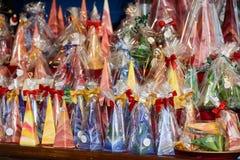 Bunte verpackte Kunstkerzen im Stall an Weihnachtsmarkt, Stuttgart Lizenzfreies Stockfoto