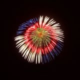 Bunte verschiedene Farben, erstaunliche Feuerwerke in Malta an Santa Maria-Tag, Malta, Hintergrund des bewölkten Himmels, Malta-F Lizenzfreie Stockbilder
