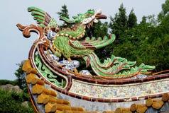 Bunte Verzierung des asiatischen Drachen auf dem Dach Stockbild